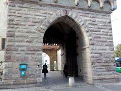 シュパーレン門をくぐります