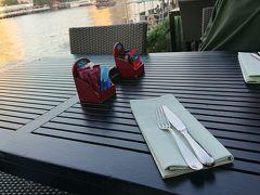 バンコク4日目。 ロイヤルオーキッドシェラトンのレストランで朝食。  テラス席に座ります。
