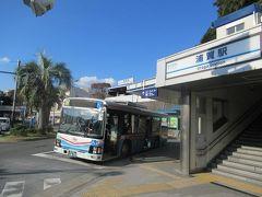 京急本線の終点浦賀駅。 駅は高台にあって、長い階段を上り下りします。何年か前にエレベーターができました。 駅前からは観音崎やかもめ団地方面に向かう京急バスが発着しています。 京急久里浜方面に向かうバスは横断歩道を渡ったバス停から出発します。