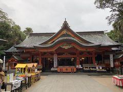 青島神宮の本殿。なんか周りは課金アイテムばかりでした。前はここまでじゃなかった記憶があるのだが。写真でも本殿右側におみくじがあり、写真左側の屋根のものもおみくじです。