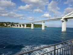 さきほど歩いて渡った瀬底大橋。