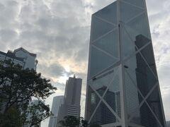 マンダリンオリエンタルホテルの近くの公園にやってきました。「中国銀行」のビルですが、高いです。近くの「香港上海銀行」と風水的に対決しているようです。