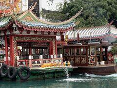 次は、香港島の南側のアバディーンへ移動し、そこから船へと乗ります。 アバディーンは、「香港」という名前の由来となった場所だそうです。この辺りには、昔香木がたくさん植わっており、それを燃やしていたことから、港ではいい香りが満ちているということで、「香港」という名前の由来となったそうです。