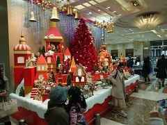 ということで、出発日を迎えました。 JR名古屋タカシマヤで、ワインやチーズを調達します。 クリスマス一色です。