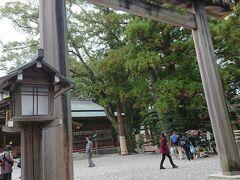 飲んでばかりではいけないので、歩いて、猿田彦神社に向かいます。 ただ、昼食を食べた海老丸から10分かかりませんが、お酒の影響か、みんな歩くペースが遅くなります。