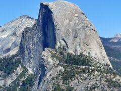 グレイシャーポイントから見たハーフドームです。   ハーフドームの頂上に登頂することもできますが、丸1日かかる上に、人数制限があり抽選に参加する必要があります(抽選にはインターネットから参加できます)。