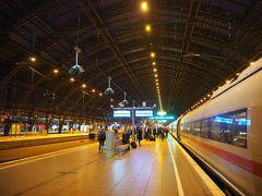 フランクフルト空港駅から約1時間。ケルン駅到着です。 御多分にもれずヨーロッパの駅って感じ。