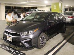 レンタカーはAVIS。英語オンリーだったが日本で取った予約票を見せて手続き完了。 車は自分で取りに駐車場へ。 コンパクトを頼んだのにやたらデカイ!? 一旦シェラトンの駐車場に入れてから食事に出る。