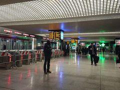 一度改札を出てから地下のスーパーで買い出ししました。 夜のテルミニ駅、心配でしたが安全でした。