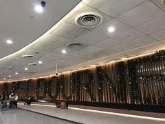 メルボルン空港。クリスマス飾りで、「MELBOURNE」。