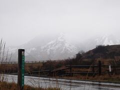 それでも行けるところまで行ってみようというのが当初計画だ。 今日は朝から冷たい雨。霧の向こうの阿蘇山は雪景色だ。