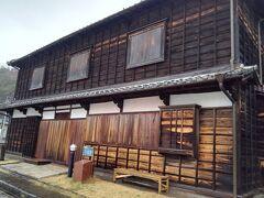 港の入口にある旧高田回漕店。20年前に改装されてきれいになっている。