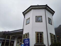 港の設計者の名を遺すムルドルハウス。中はお土産物やバッグのショップになっている。