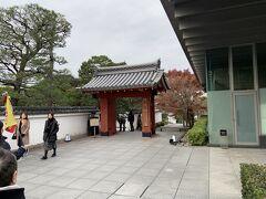宇治にやってきました。平等院の中まで案内して、そこから自由行動みたいなので、おとなしくついていきます。 まずは平等院の南側の入り口から中に入ります。京阪などの電車で訪れる場所とは反対側です。