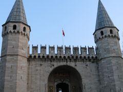 挨拶の門 かつてこの門を馬にまたがって通過できたのは歴代のスルタンだけ この門を抜けると外廷と呼ばれる第二庭園に出る
