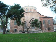 庭にある、アヤ・イリニ教会 かつて武器庫として使用されていた