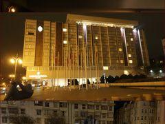 """プラハ空港からホテルまでは定額タクシーPrague Airport Transfersを予約 https://www.puraha.jp/  少しでも早くホテルに到着してプラハの街へ出かけたかったので、 奮発して""""プライベート""""で、、(^^  交通チケットを購入出来たり、スーツケースを持ってくれたりと ドライバーさん(英語可)は、とても親切、、 駐車場に停めてあった車も新しい車でとても快適♪ プラハに向かう途中も簡単な案内をしてくれたり、、 プラハの事を色々尋ねたり、、 何と言っても自分の予約したホテルに直行だし、、 kuritchi的には価値はあったと思っています、、  空港から約20分で宿泊ホテルに到着(8時PM)、、  ドライバーさん曰く、、 """"外観は地味だけれど、とても素晴らしいホテルだよ!""""  ホテルの前にはゴリラの彫刻があり、、 沢山の人が記念撮影をしていましたよ、、"""