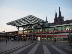 で、こちらが昨夜降り立ったケルン中央駅(Kōln Hbf)。駅の反対側に大聖堂がある感じ。  この時私パーカーだったですが、ドイツの皆さん、ダウンやらブルゾンやら結構な重装備。私はそれ程寒さ感じませんでしたが、結構寒がりなんかな?