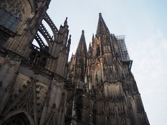 全貌撮るのは中々難しいので、近づいて北塔を。  ケルンのシンボルである大聖堂は、パンフレット(日本語有)によると、1248年に建立決定し、1265年に礼拝堂が出来上がって以降は緩やかなテンポで増築が続けられて、完成したのは19世紀になってからだそうな。