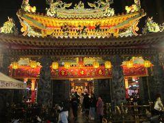 夜市の近くでひときわ輝くお寺さんです