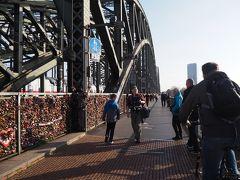 ホーエンツォレルン橋到着。左、線路側には聞いていた通り、カギが隙間なく付けられていました。ホントヨーロッパの人、こういうの好きだね。
