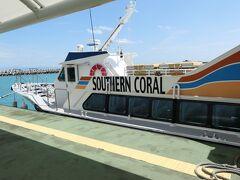 11:30 黒島に到着。港には本日宿泊する民宿の人が迎えに来ていました。一緒に宿泊する女性3名とともに迎えのバンに乗りました。