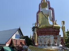 歩いて5分ほどで見えてきました。 橋の向こう側に見えるのがワットクンチャンの仏像の背中です。