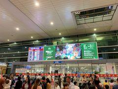空路でベトナムのホーチミンシティに到着!深夜だったのですが、タンソンニャット国際空港の到着口はすごい人!タクシーやトゥクトゥクドライバーの客引きも多いので気をつけてください!