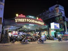ダウンタウンにホテルをとり、深夜でしたが少しだけ街歩きをすることに。ベンタイン市場の近くにストリートフードマーケットというアーケード状のフードコートが深夜営業をしていました。