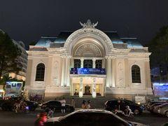 こちらもフレンチコロニアル建築様式のサイゴン・オペラハウス。とても優美でした。現在もオペラハウスとして使われており、くるみ割り人形が上演中でした。
