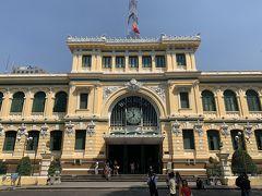 ベトナム人の友人がサイゴン中央郵便局を勧めてくれたので観に行きました。フレンチコロニアル様式の建物で、とても趣がありました。