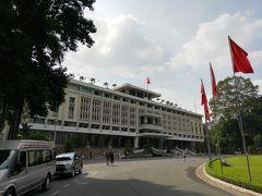 南北ベトナム時代の政治と歴史を学びに、統一会堂に行きました。元はフランス植民地経営のための総統本部だったそうで、建物も今の様式とはことなり、フレンチスタイルだったそうです。一度は放棄されたそうですが、その後、ホーチミンシティがまだサイゴンだった頃、南ベトナム時代の政治と軍事の中心施設になったそうです。