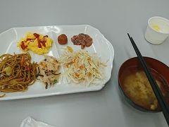 ※前回(第2幕)の旅行記はこちらから↓ https://4travel.jp/travelogue/11581238  おはようございます。3日目の朝を迎えました。相変わらず5時台の起床です。(旅行中はなぜかいつも早起きなんですよね…)   函館でも東横インに宿泊したので、例のごとく無料サービスの朝食を。昨日はラキピのハンバーガーにメロンジュースに寿司に色々食べたので、気持ち軽めに。  …毎回ホテルに宿泊する度に思うのですが、ホテルの朝食(特にバイキング形式)ってなんだかワクワクしませんか?普段の朝食はパン1枚だったり、ついつい食べなかったりするけど、宿泊先のホテルの朝食ってとりわけ特別なメニューがあるわけでもない場合でも、なぜか食べるのがすごく楽しみなんですよね。