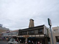 朝食を終えホテルをチェックアウトした後は、バスの案内所のコインロッカーに荷物を預け朝市見物!やっぱり函館といえば朝市でしょう。   朝市は函館駅のすぐそばにあるので、とても行きやすいです。