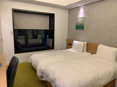 忠武路駅から徒歩5分程度 STAY B HOTEL に宿泊。 部屋は普通。キャリーも広げられました。 (3人で泊まった時はもっも広かった記憶が) 荷物を置いて夜散策へ~!