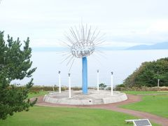 続いての目的地はうにまる公園。奥尻島の名産物である、キタムラサキウニをモチーフにしたモニュメントがあります。(夜はライトアップされるそうです。)