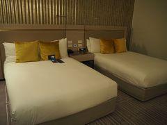 ホテルに着きました~ 1日以上お風呂に入ってないし、ベッドで寝ていない・・・ ふかふかのベッドにダイブしました。  Radisson Blu Plaza Hotelは、シドニーの街中にある、歴史ある結構いいホテルです。メールをプリントしたいって言ったら、嫌な顔一つせず教えてくれるフロントの人もいます。