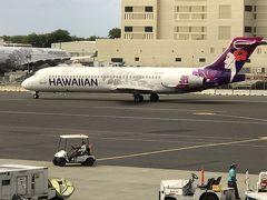 ターミナルを移動してハワイアン航空にチェックイン  荷物のタグは機械に名前など登録して自分で発券します  日本語の選択もあるのでわかりやすいです  ホノルルまでとはうって変わって日本人は誰も乗ってません  上空に上がったと思ったらすぐに降下し始め  40分位でカフルイ空港に到着  機内では水の小さなパックのサービスのみ