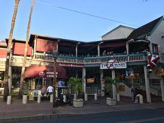 フロントストリートにあるTHE WHARF  レストラン、ショップ、映画館があります  裏側にはバス停もあります  トイレはエスカレータで2階に上った左手