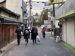 ならまちを奈良マラソンの大会会場に向けて歩きます。