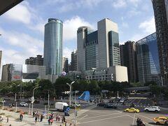 台北から2つ先の板橋で下車 中央の建物は新北市(New Taipei City)の市政府