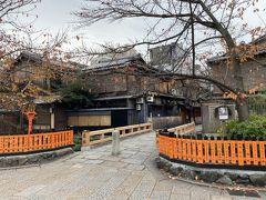 祇園白川を散歩します。 巽橋まで来ました。