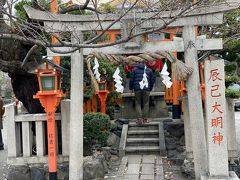 祇園白川を散歩します。 巽橋周辺は祇園らしい町並みです。 辰巳大明神