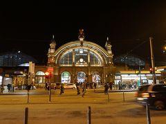 """20時過ぎ、フランクフルト中央駅に到着。 地下通路で明日の朝ご飯用にドーナツを買って、""""カイザー通り""""の表示のある出口から地上に出て振り返ったら、道の向こうに駅舎が見えました。"""