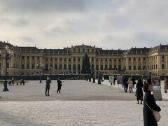 ホテルを8時に出発して、ウィーン市内の観光。 まずは、シェーンブルン宮殿。