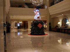 ハンシェンインターナショナルに 到着しました。   寒軒國際大飯店 ハンシェンインターナショナルホテル http://www.han-hsien.com.tw/hhih/   5つ星です。 私達が泊まったお部屋は 朝食無し、taxなど諸々込みで 1泊(2名)9000円くらいでした。 年末年始でホテル価格が値上がりしていた中 5つ星なのにお手頃な値段でした。  お部屋は小さめ。 最寄りは三多商圏の駅になります。 駅からは遠いですが、 無料で獅甲駅へのシャトルバスが 出てます。 こちらは30分に1本くらい ありましたが、要予約です。 ホテルのフロントに問い合わせると タイムテーブルが貰えます。  ホテルに大きな荷物を置いて 左脚右脚へ出発しました!
