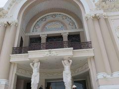 ドンコイ通りの真ん中にあるホーチミン市民劇場。 1901年から1911年にかけて建設される。 (12:04)