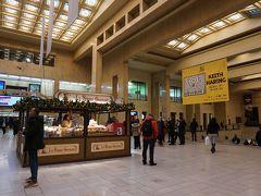 ブリュッセル中央駅に到着。 懐かしい!ちっとも変わっていません。  ブリュッセルは15年ぶり。 2004年6月、プロヴァンスを旅行。ラベンダー畑が緑だったあの旅行です。 そのあとパリに2泊してひとり旅に目覚め、それからイトコのMちゃんを訪ねてブリュッセルへ。  あれ…、15年前は中央駅には来ていないかも…? そうだ、あの時は、パリからタリスで南駅に着いて、Mちゃんが車で迎えに来てくれたんだ。 ってことは、1997年7月の初めてのブリュッセル以来? なんと、20年ぶりだぁ!