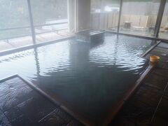 そして、初めて入る鎌先温泉はやや褐色の湯だった。 温泉らしい香りが漂い、これは良い。