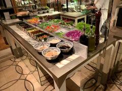 夜はホテルにある、ビュッフェスタイルのコロニーへ。沢山の料理があり、チリクラブやチキンライスなども食べられます。